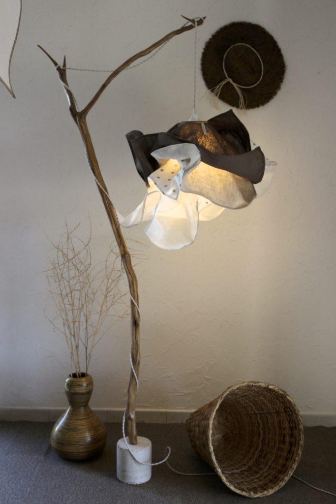 lampe en bois sur pied artisanale